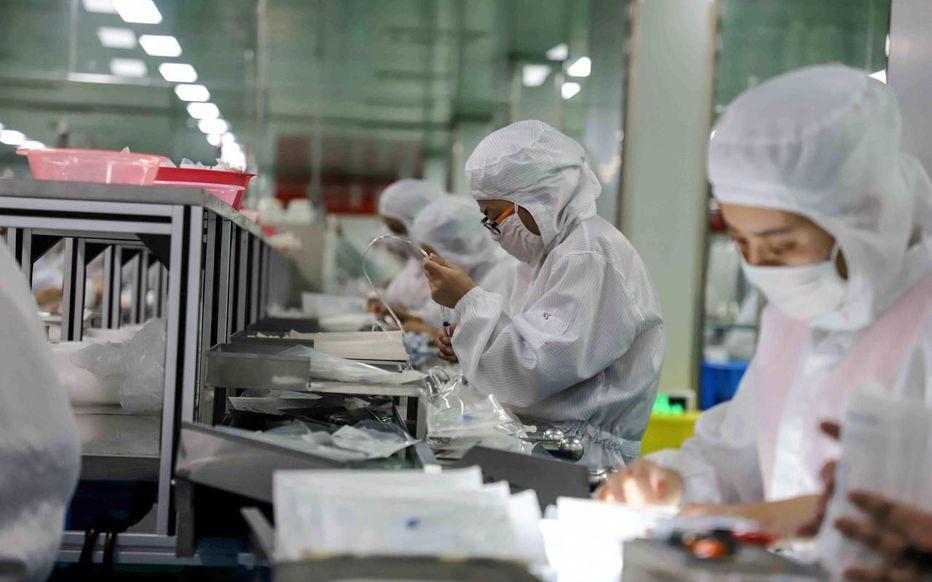 A Binzhou, dans la province du Shandong, des travailleurs continuent de produire des fournitures médicales alors que le bilan des décès de l'épidémie de coronavirus s'élève à 1 380 morts. AFP