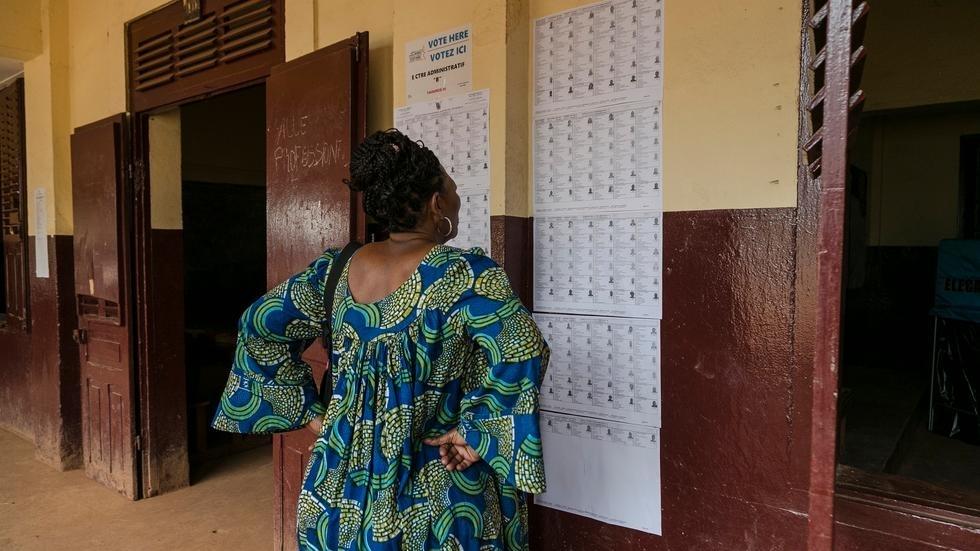 A Yaoundé, une électrice examinant les listes électorales pour y trouver son nom, lors des élections législatives et municipales, au Cameroun, le 9 février 2020 (illustration). AFP