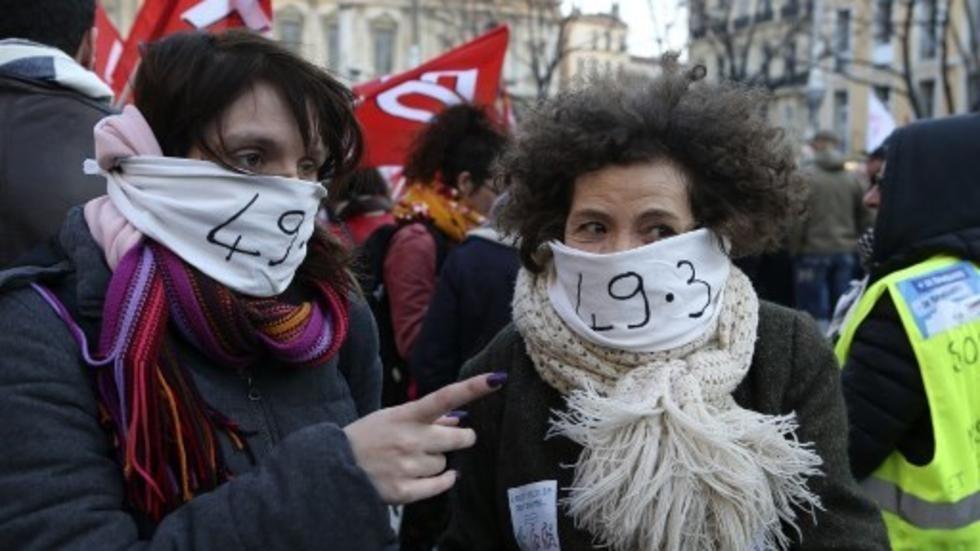 Retraites en France: les opposants au 49.3 mobilisés à l'Assemblée et dans la rue
