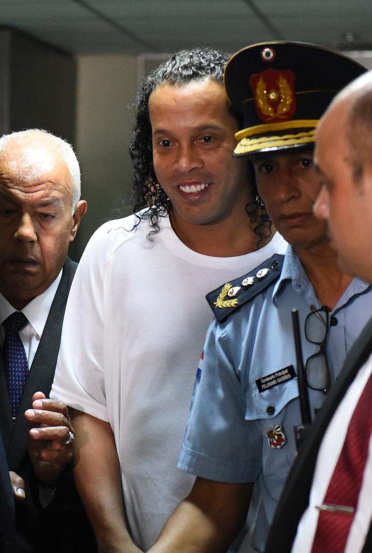 Affaire faux passeport: Ronaldinho placé en détention par la justice de Paraguay
