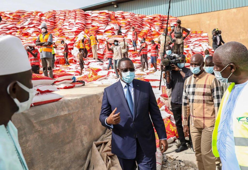 Le Président Macky Sall en compagnie du ministre Mansour Faye, samedi au Port de Dakar pour réceptionner les vivres