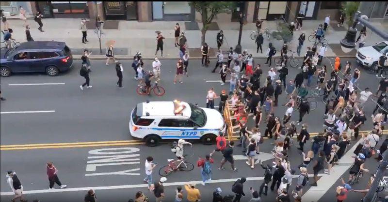 Manifestation pour George Floyd:  une voiture de police fonce dans la foule à New York