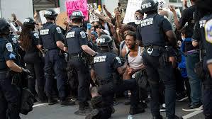 Mort de George Floyd : quand la police s'agenouille à la demande des manifestants
