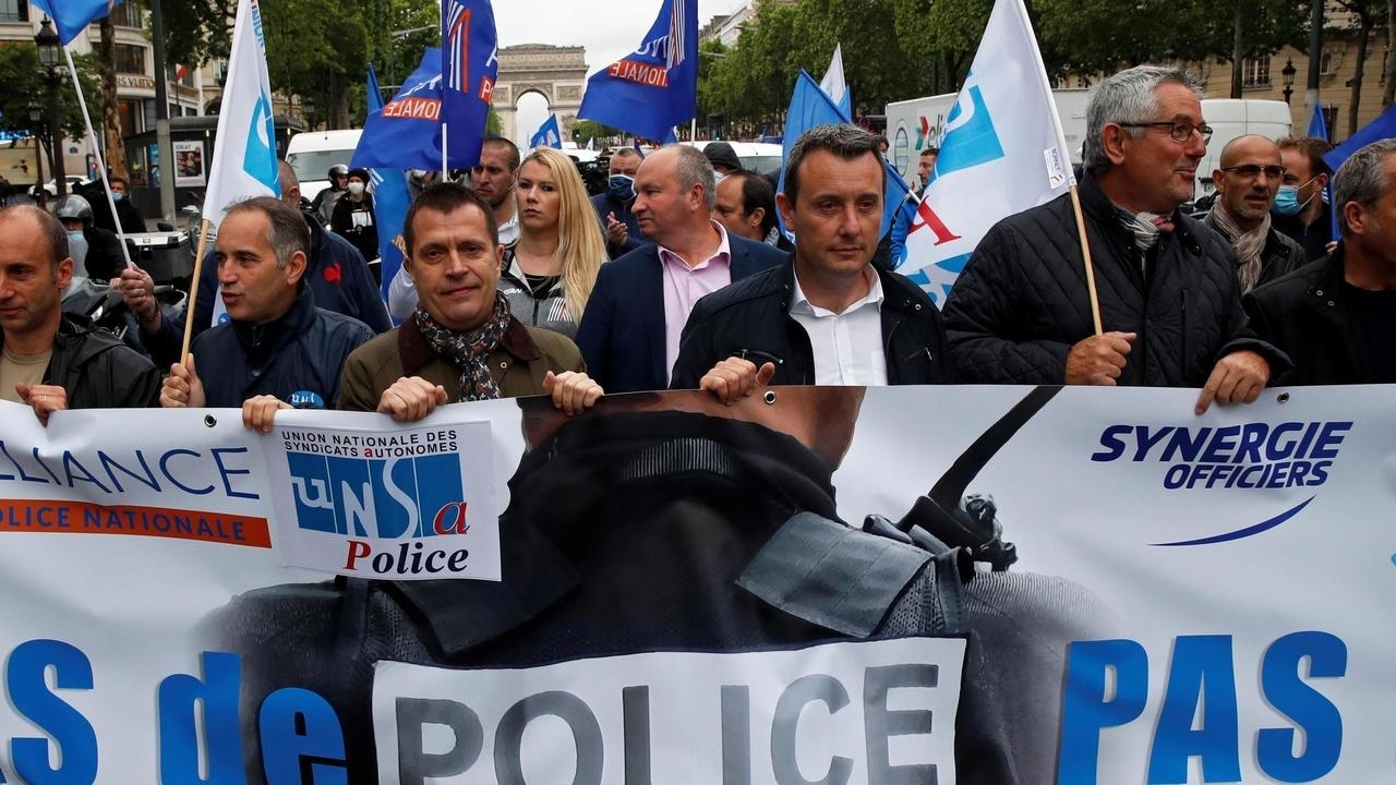 Des policiers en colère après les annonces de Christophe Castaner défilent sur les Champs-Elysées le 12 juin 2020. REUTERS/Gonzalo Fuentes