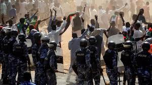 Soudan: un an après la chute d'Omar el-Béchir, les Soudanais de retour dans la rue