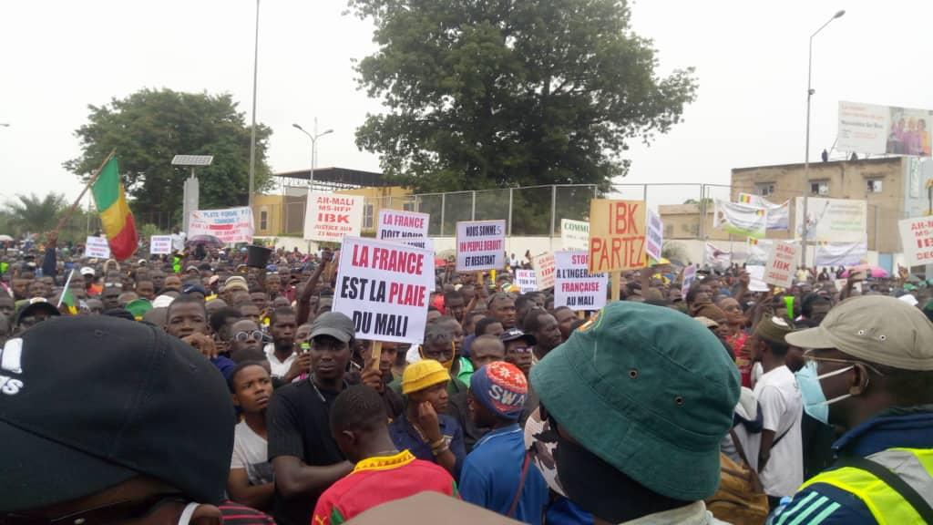 Mali: des milliers de manifestants ont réclamé mardi le départ du président Ibrahim Boubacar Keita