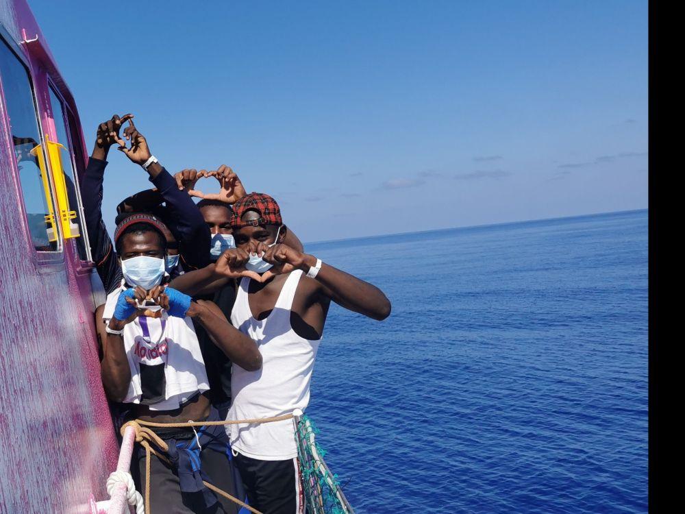 Le navire de Banksy lance un appel au secours après un nouveau sauvetage de migrants, un mort à bord