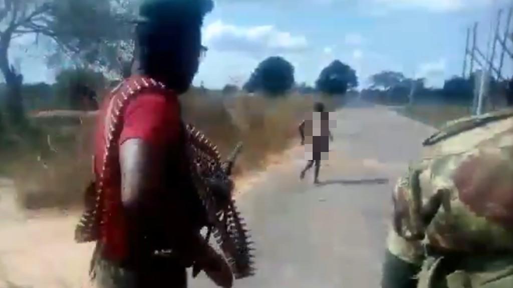Mozambique : des hommes en tenue militaire se filment en train d'abattre une femme au bord de la route