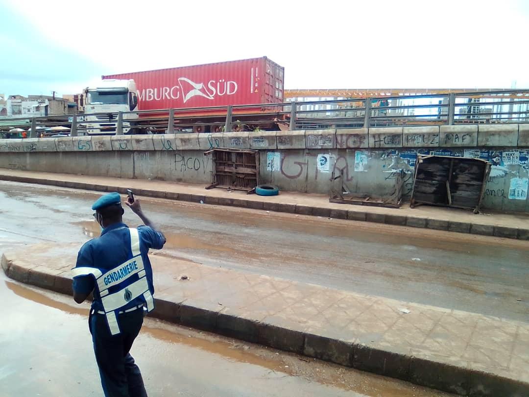 Un camion dérape sur l'autopont de Poste Thiaroye: le chauffeur évite le pire (images)