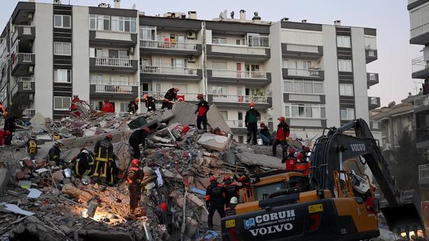 Séisme en Turquie: le bilan s'alourdit, course contre la montre des secouristes