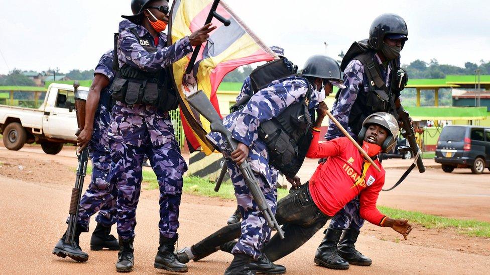 Présidentielle en Ouganda: l'opposant Bobi Wine inculpé mais relâché sous caution