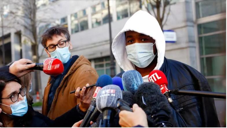 Michel Zecler, le producteur de musique victime de violences policières, répondant aux médias, le 26 novembre 2020. AP - Thibault Camus
