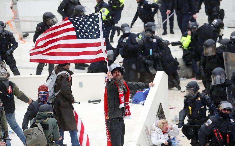 Mort d'un policier blessé lors d'affrontements avec des partisans pro-Trump, indique la police du Capitole