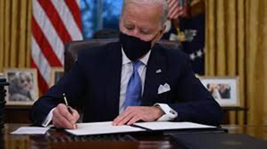 Joe Biden marque la rupture avec Trump dès son arrivée à la Maison Blanche