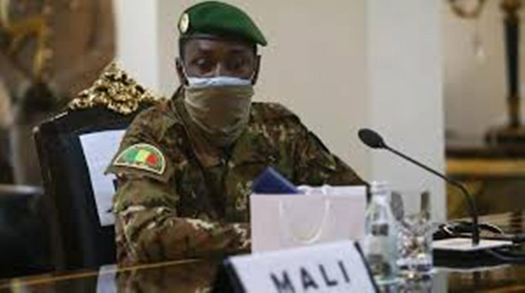 Mali: dissolution du CNSP, le président N'Daw reçu à l'Élysée