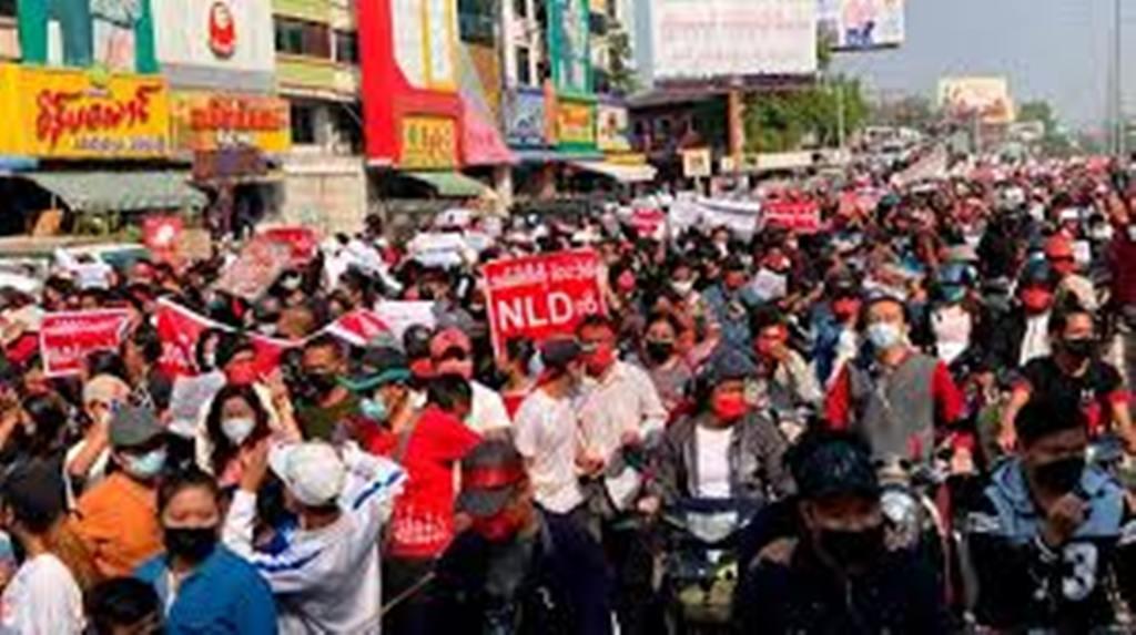 Grande mobilisation en Birmanie contre le coup d'État militaire