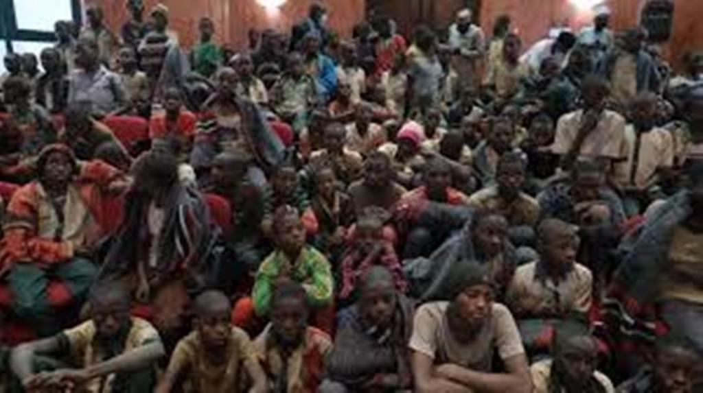 Nigeria: le chef d'un des gangs ayant kidnappé plus de 300 écoliers rend les armes