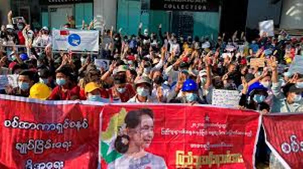 Birmanie: 5e jour de manifestations, raid contre le siège du parti d'Aung San Suu Kyi