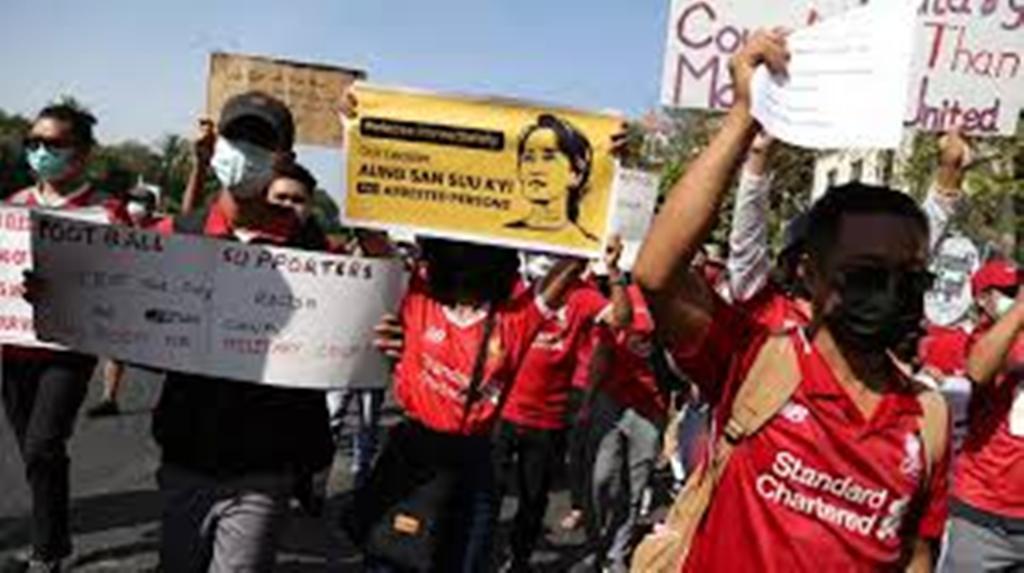Coup d'État en Birmanie : les manifestants toujours dans la rue malgré les arrestations
