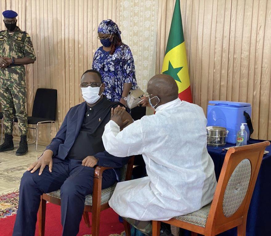 Macky Sall s'est vacciné et demande la population à faire de même