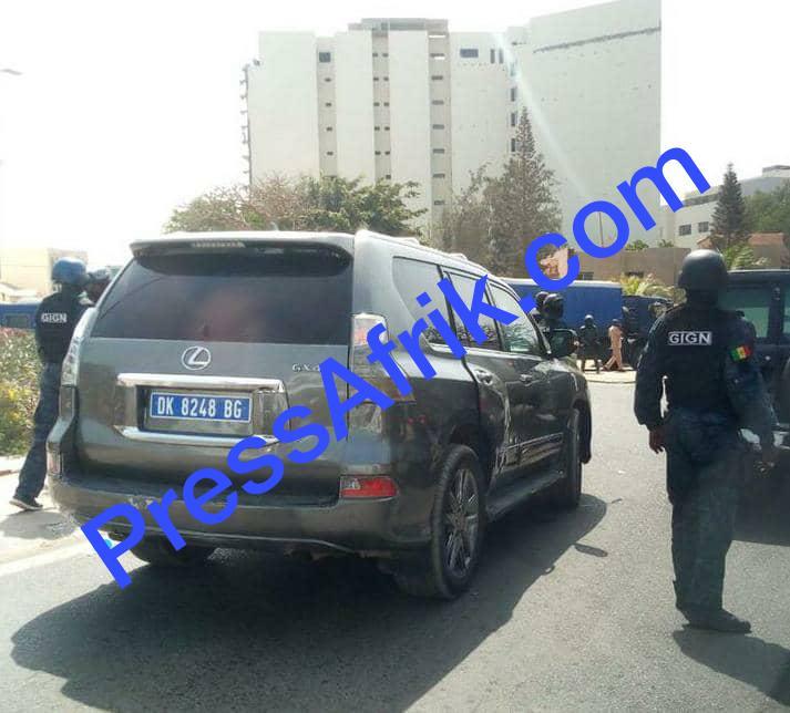 Direct : les images du véhicule de Sonko encerclé par les GIGN (Reportage Photos)