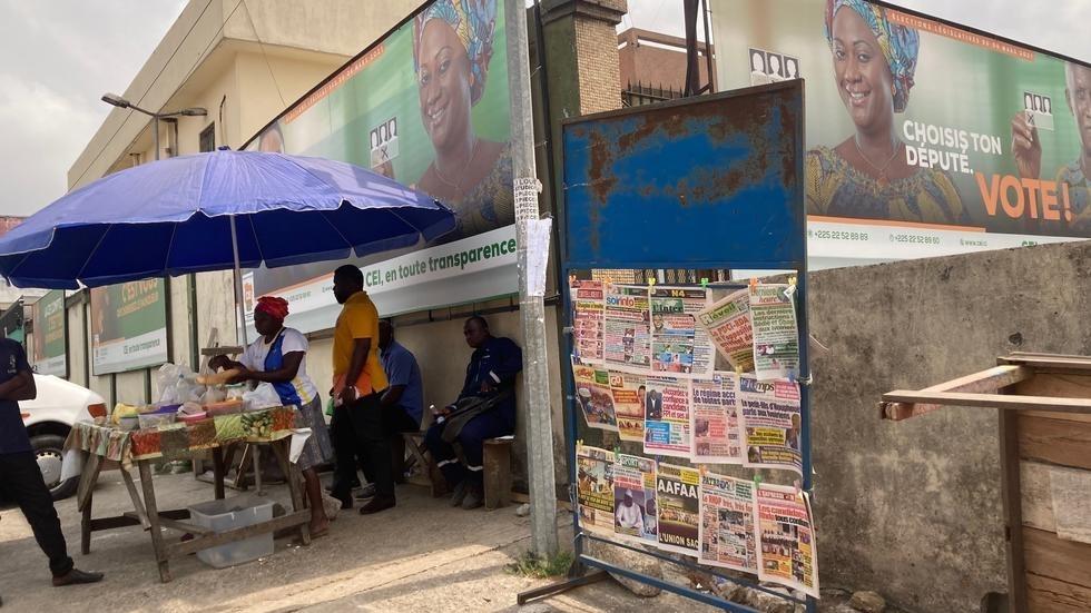 Un kiosque à journaux au pied des locaux de la CEI, ce 4 mars 2021, Abidjan. © Paulina Zidi/RFI