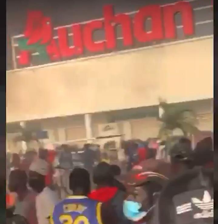 Mbour : le plus grand magasin Auchan saccagé et pillé par des manifestants