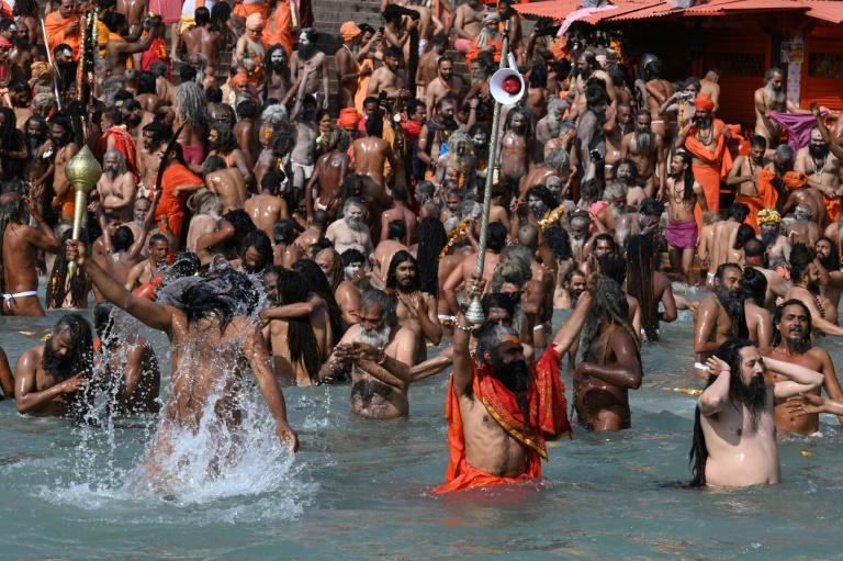 Inde: malgré la Covid-19, des centaines de milliers d'hindous se baignent dans le Gange pour Maha Shivratri