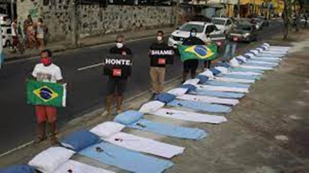 Le Brésil dépasse les 300 000 victimes du Covid-19, la population s'indigne
