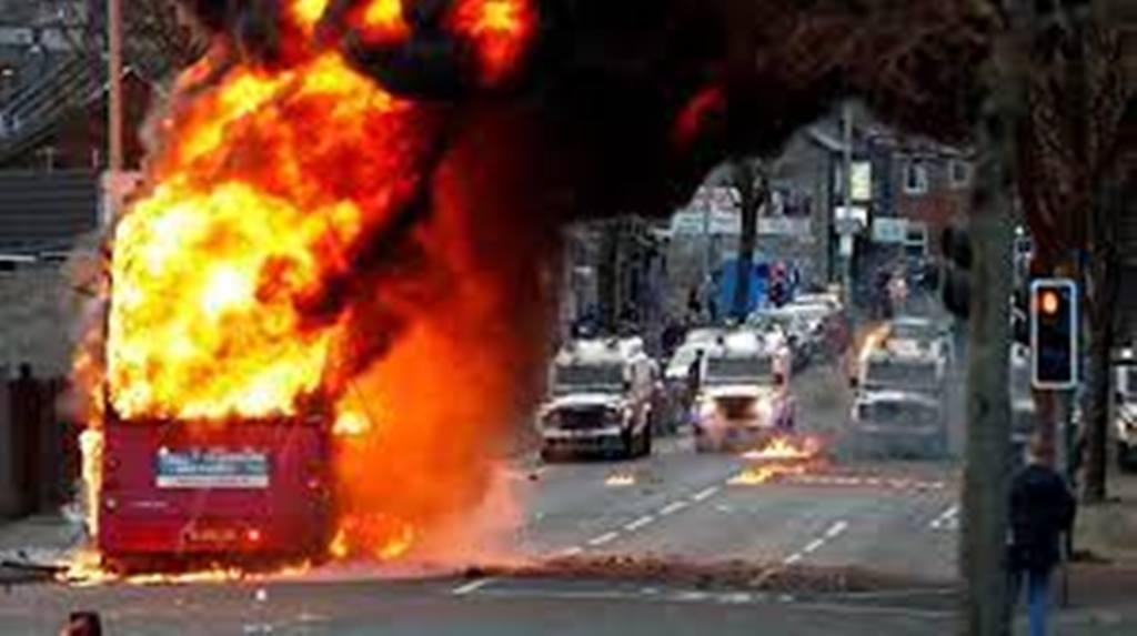 """L'Irlande du Nord en proie à des heurts, signe de la """"colère"""" des unionistes"""