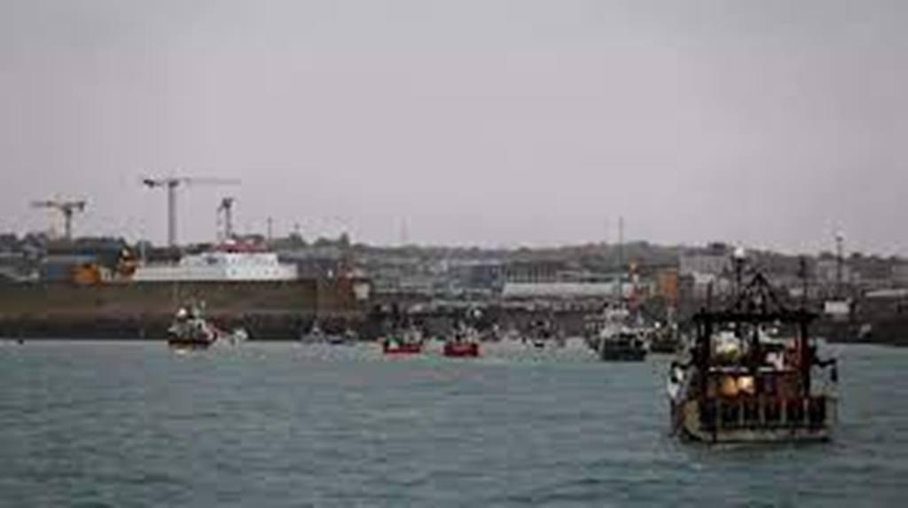 Pêche: des bateaux de pêche français manifestent devant le port de Saint-Hélier à Jersey
