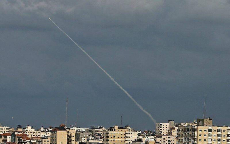 Plus de 100 roquettes ont été tirées lundi depuis Gaza vers Israël, annonce le Hamas