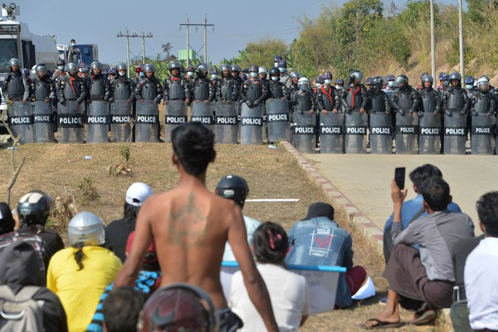 Cent jours après le coup d'État, la Birmanie plus instable que jamais