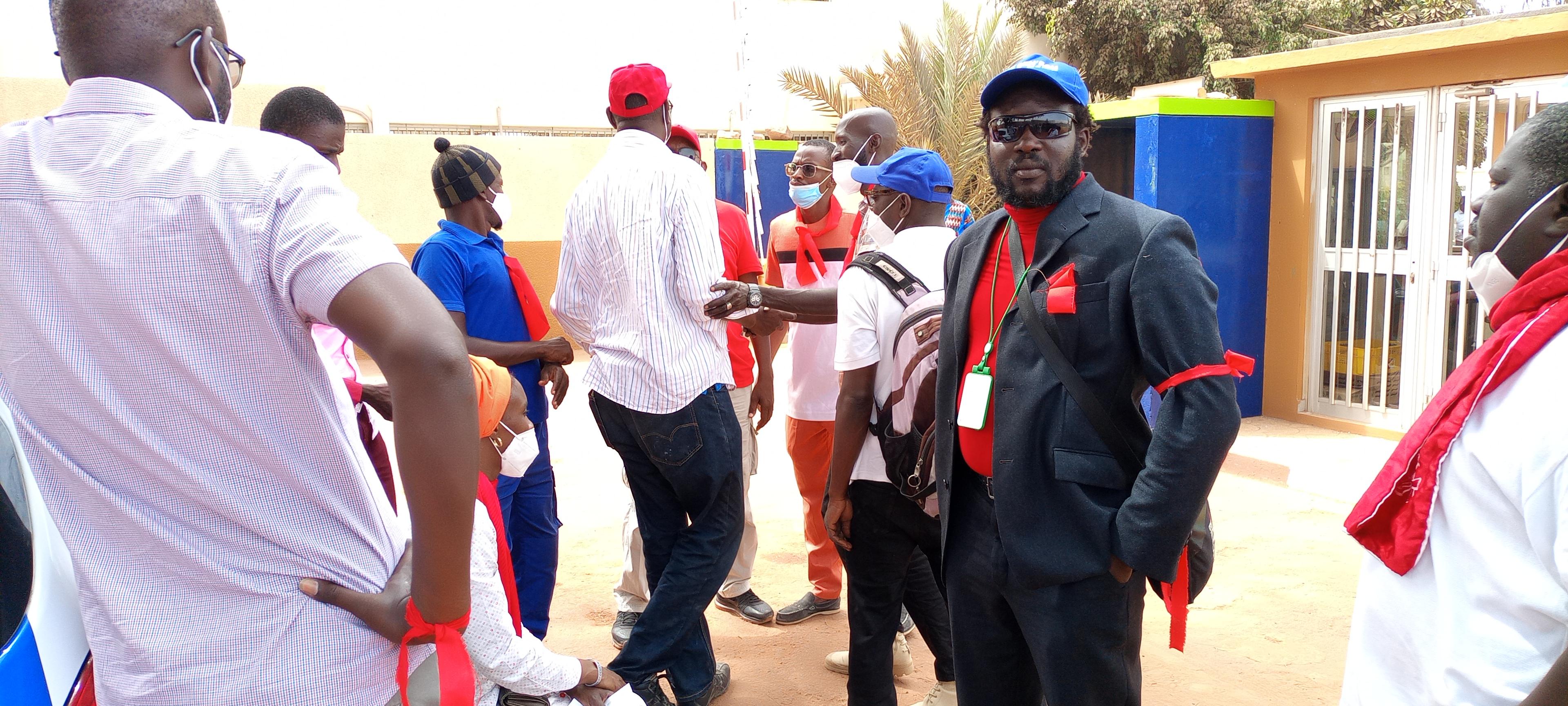 Visite à Sen'Eau: le ministre Serigne Mbaye Thiam accueilli avec des brassards rouges par les travailleurs