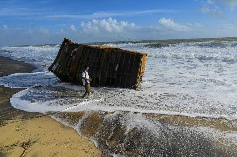 Porte-conteneurs en feu: les côtes du Sri-Lanka menacées par des tonnes de plastique provenant du navire