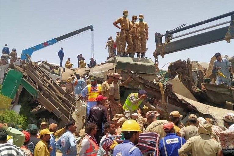 Au moins 40 morts dans un double accident ferroviaire au Pakistan