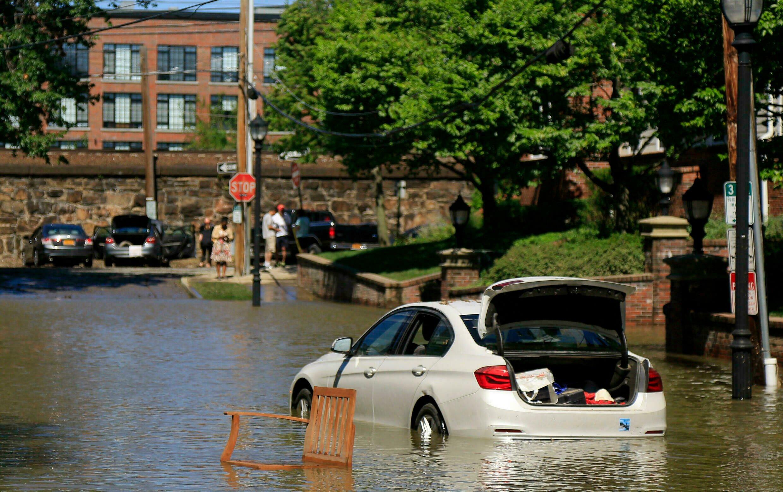 Une voiture encore sous les eaux à Mamaroneck dans l'État de New York ce jeudi 2 septembre après les pluies diluviennes de la tempête Ida. © Julie Jacobson/AP