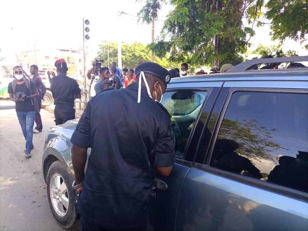 Direct Avenue Blaise Diagne: Guy Marius Sagna verrouille son véhicule encerclé par la police