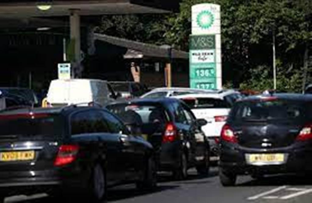 Face aux pénuries d'essence et de camionneurs, le Royaume-Uni assouplit les règles d'immigrations