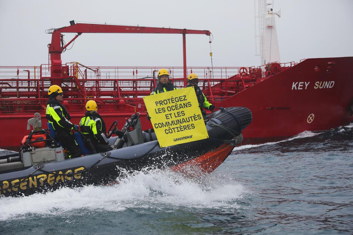 Greenpeace intercepte un navire-citerne transportant de l'huile de poisson