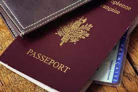 Démantèlement d'un réseau de falsification de faux papiers à Tenerife : 20 faux passeports, 77 téléphones et de la drogue saisis