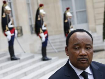 Le président Issoufou au palais de l'Elysée à Paris, le 10 mai 2013. REUTERS/Gonzalo Fuentes
