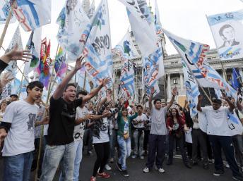 Manifestation contre le groupe Clarín, devant le palais du Congrès argentin, le 29 octobre 2013. REUTERS/Enrique Marcarian