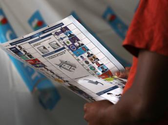Un électeur face à son bulletin de vote. REUTERS/Thomas Mukoya