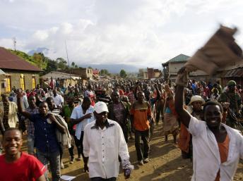 Aussitôt après la victoire de l'armée congolaise, les habitants ont fêté la libération de Bunagana, le 30 octobre 2013. REUTERS/Kenny Katombe