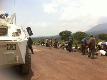 Un transporteur de troupe de la Monusco protége des déplacés qui ont fui les combats dans la zone de Kibumba à une vingtaine de kilomètres au nord de Goma. RFI/Léa Lisa Westerhoff