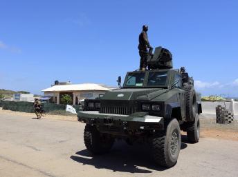 Un groupe de militaires kényans monte la garde dans le port somalien de Kismayo. REUTERS/Feisal Omar