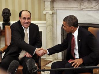 Le président américain Obama (d) serre la main de son homologue irakien al-Maliki dans le bureau ovale de la maison Blanche, le 1er novembre 2013. AFP PHOTO/Mandel NGAN