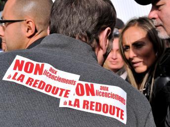 Des employés de La Redoute devant les locaux de l'entreprise de vente à distance, le 31 octobre 2013 à Lille, dans le nord de la France. AFP/PHILIPPE HUGUEN