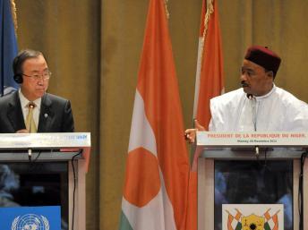 Le secrétaire général de l'ONU Ban Ki-moon avec le président nigérien Mahamadou Issoufou, le 6 novembre 2013. AFP PHOTO